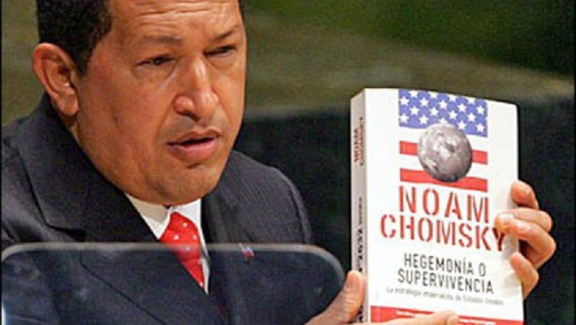 Hugo Chavez con el libro de Noam Chomsky
