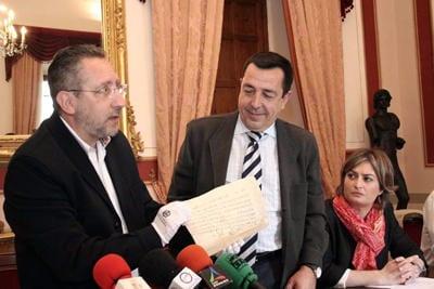 Escalante, Millán y Sánchez muestran el pergamino árabe.