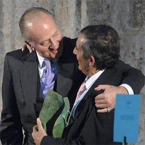 Don Juan Carlos entrega a Miguel Delibes de Castro el Premio Vocento a los Valores Humanos que no pudo recoger su padres