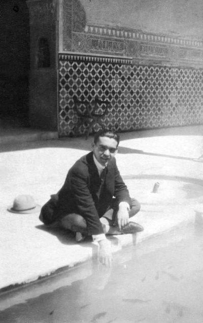 Federico García Lorca en un patio de la Alhambra, en Granada (España)