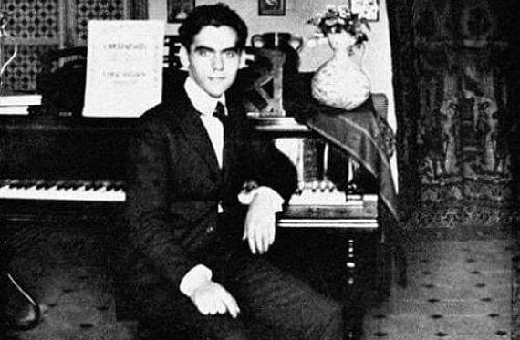 Lorca sentado en un piano