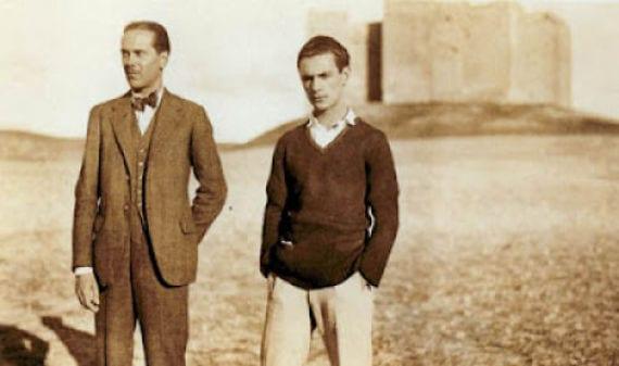 Luis Cernuda con Ferro en una foto