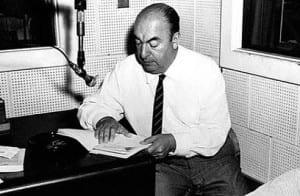 Pablo Neruda recitando en un estudio de radio