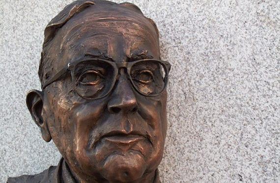 Escultura del escritor Fermín Bouza Brey