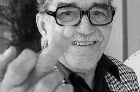 Foto de García Márquez haciendo el corte de manga