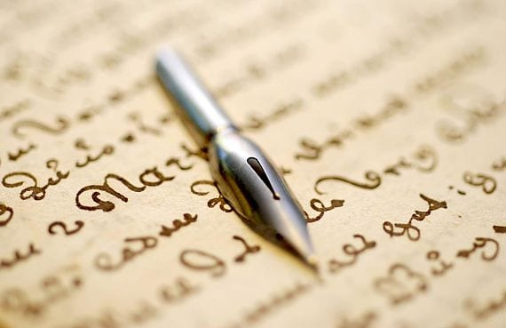 Pluma, papel y letras antiguas