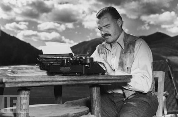 Ernest Hemingway escribiendo a máquina