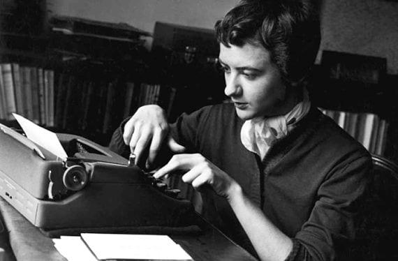 Fraçoise Sagan ante la máquina de escribir