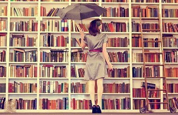 Chica eligiendo libros
