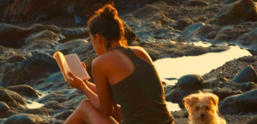 mujer-leyendo-en-la-playa
