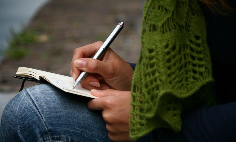 Mujer-escribiendo