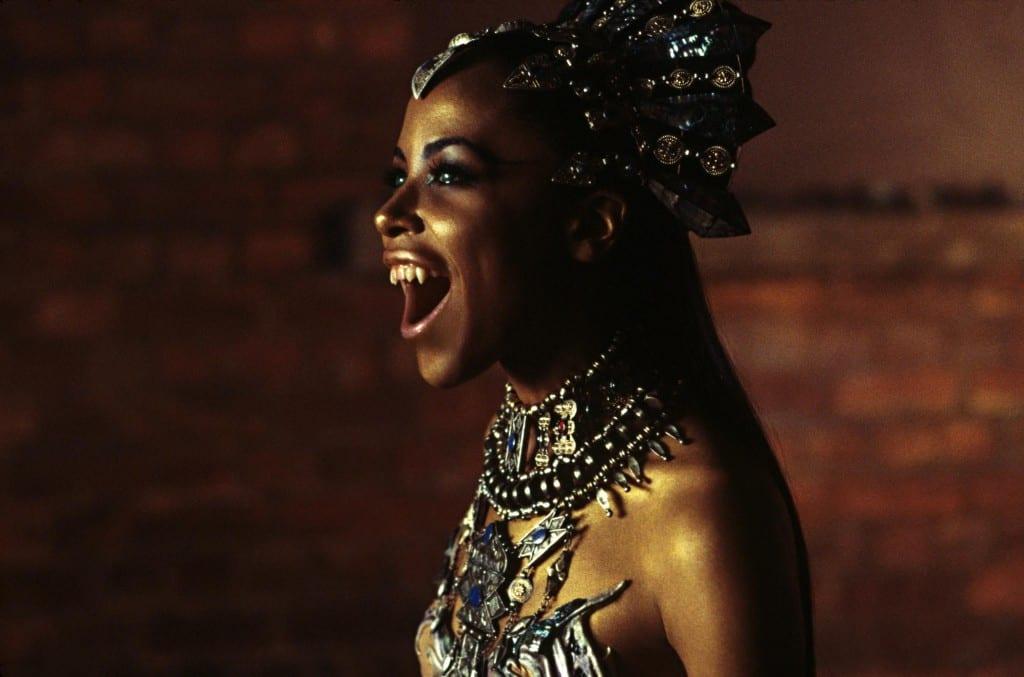 Aaliyah, actriz protagonista de la adaptación cinematográfica de La reina de los condenados, de Anne Rice.