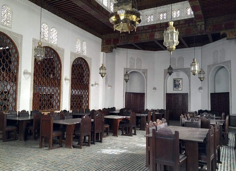 Sala de lecturas de la biblioteca que se encuentra en la mezquita Al-Qarawiyyin de Fez, Marruecos, fotografiada el 14 de abril del 2016. La biblioteca, una de las más antiguas del mundo, ha sido remodelada y reabrirá sus puertas pronto. Pero no está claro si mantendrá su política de restringiri el acceso solo a académicos o si por primera vez dará acceso al público en general. (AP Photo/Samia Errazouki)