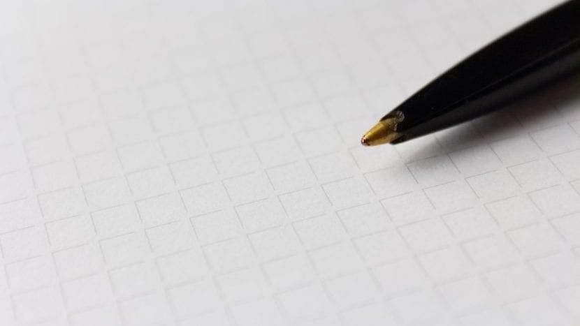Bolígrafo sobre libreta cuadriculada