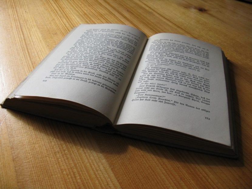 Libro abierto sobre una mesa