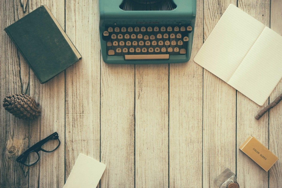 Libro con libreta y máquina de escribir