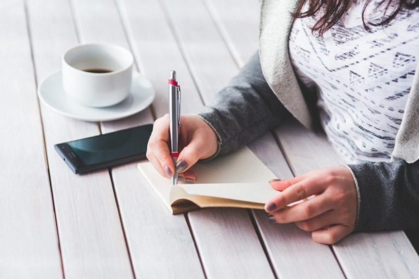 Mujer escribiendo a mano