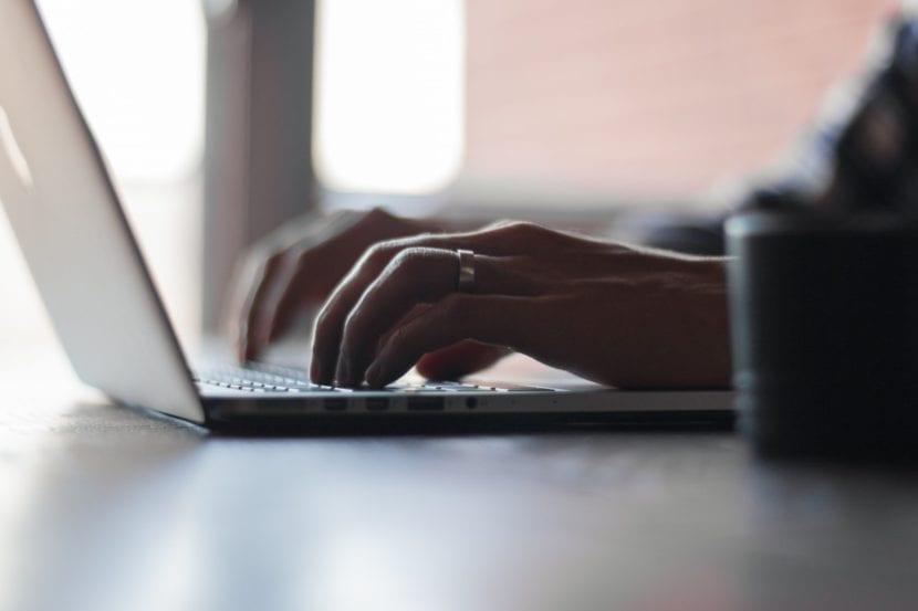 Mujer escribiendo en un ordenador