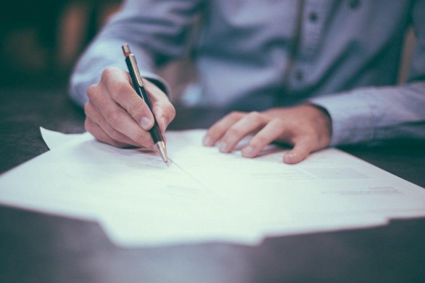 Hombre escribiendo en una mesa