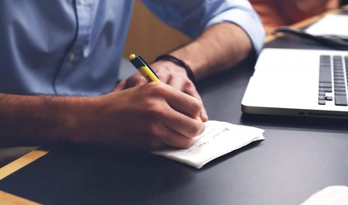 Persona escribiendo a mano