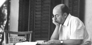 Foto de Pablo Neruda leyendo.