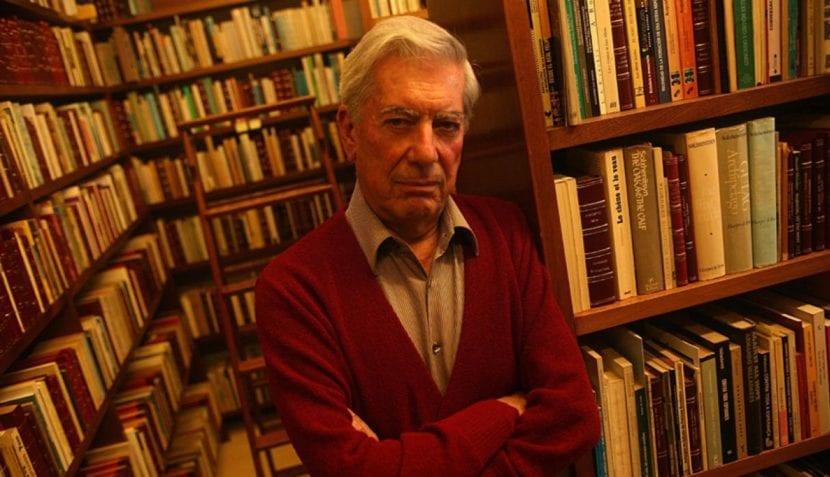 Mario Vargas Llosa en su biblioteca.