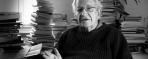 Noam Chomsky junto a sus libros.