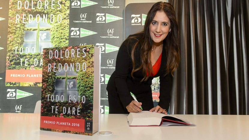 Dolores Redondo firmando el libro Todo resto te daré.