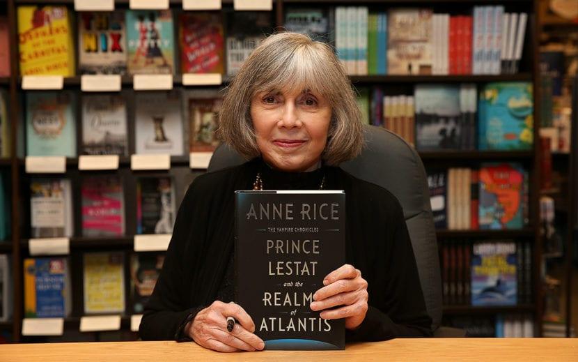 Anne Rice con el libro del Principe Lestat - foto de Phillip Faraone.
