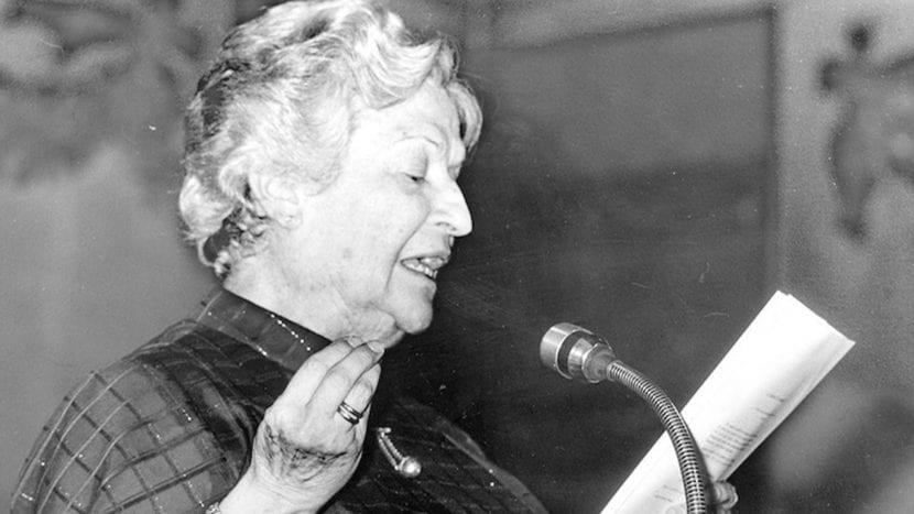 Carmen Conde declamando poesía.