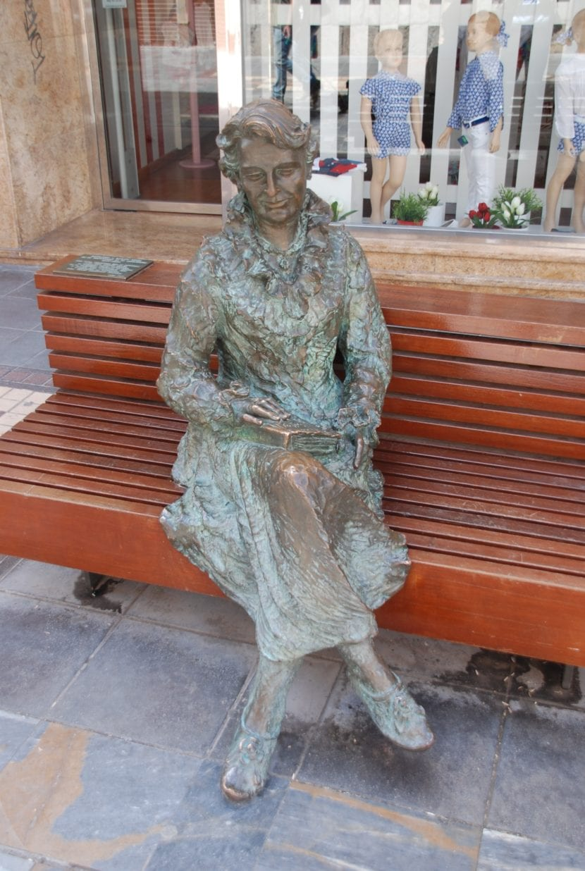 Estatua en honor a Carmen Conde.
