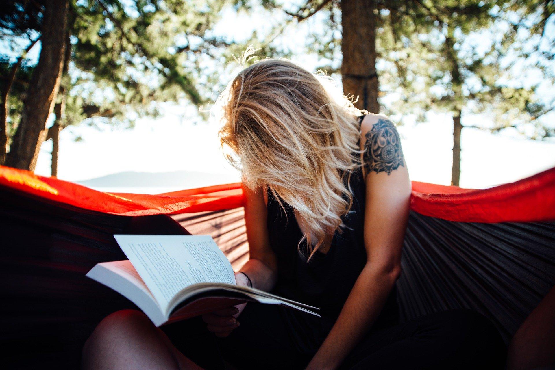 Busca libros que te llamen la atención, no te guíes por las modas